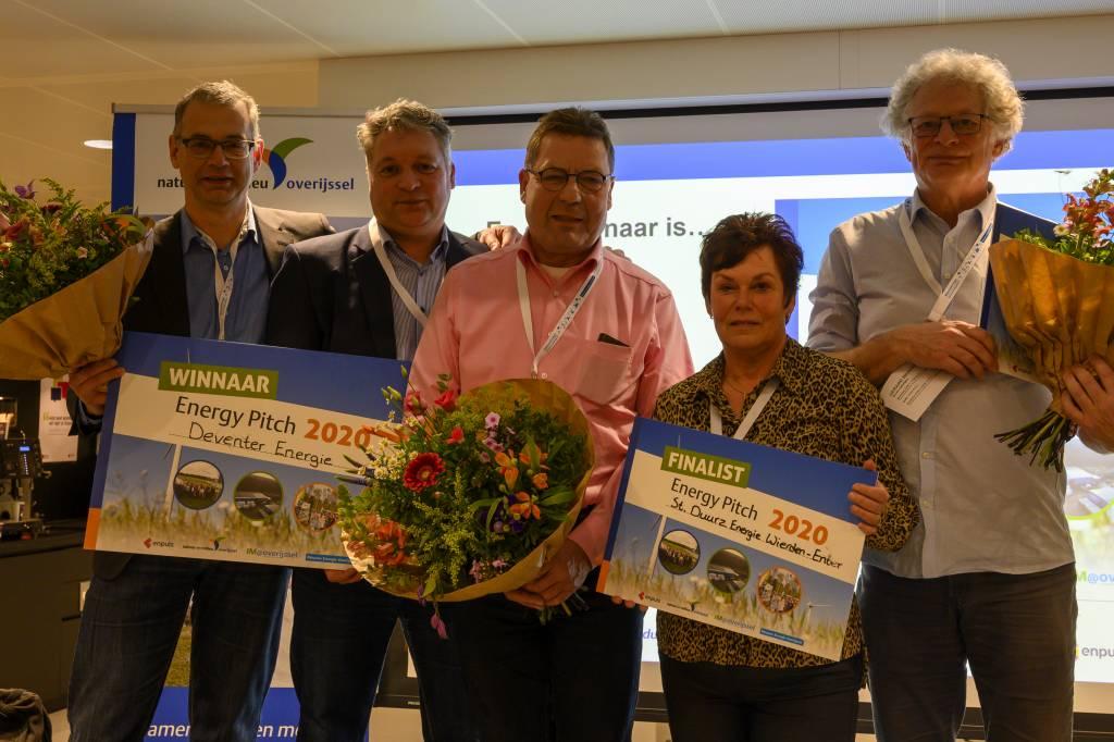 De Wierdense energiecoaches Tonnie Kroeze en Helga Sasbrink te midden van de andere prijswinnaars.