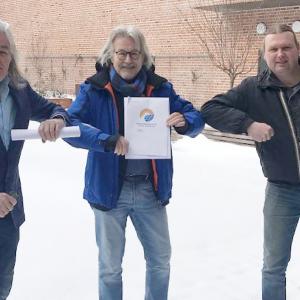 Werkgroep Hulsen-Kruidenwijk overhandigde energieplan aan Henk Nijhof