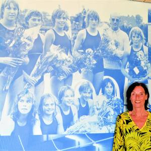 Oud-nationaal zwemkampioene <br />Brigitte (Hesselink-) Hemeltjen bleef haar 'zwemroots'  als  werknemer al 40 jaar trouw…