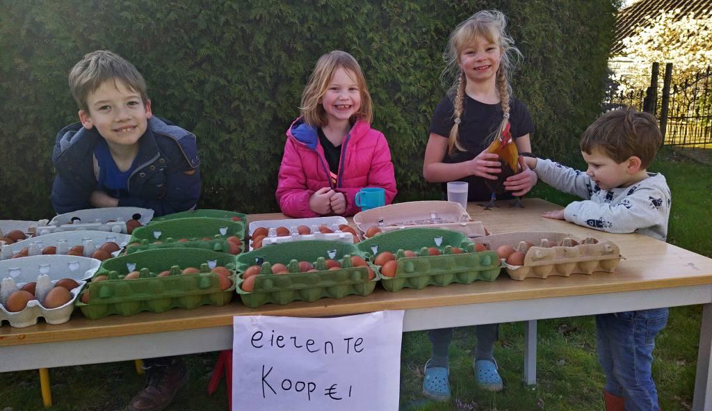 Nu de kinderen niet naar school kunnen, gaan ze zelf creatief om met hun vrije tijd. Verkoop van verse eieren aan huis aan de 1e Lageveldsweg nabij de Kluinveenschool in Wierden. Waarschijnlijk staan ze er aankomende zaterdag weer.