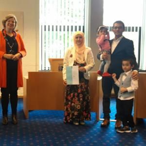 Gemeente Tubbergen hangt de vlag uit voor twee nieuwe Nederlanders