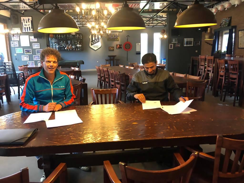Ali tekent het contract