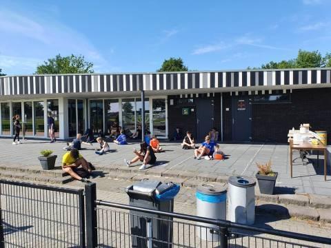 Twee foto's van de examenuitslag op Het Noordik in Vroomshoop en een foto van een gymles op Het Noordik Van Renneslaan in Almelo. Uiteraard op gepaste afstand