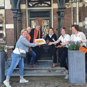 Oranje Comité Borne deelt koninklijke traktatie uit