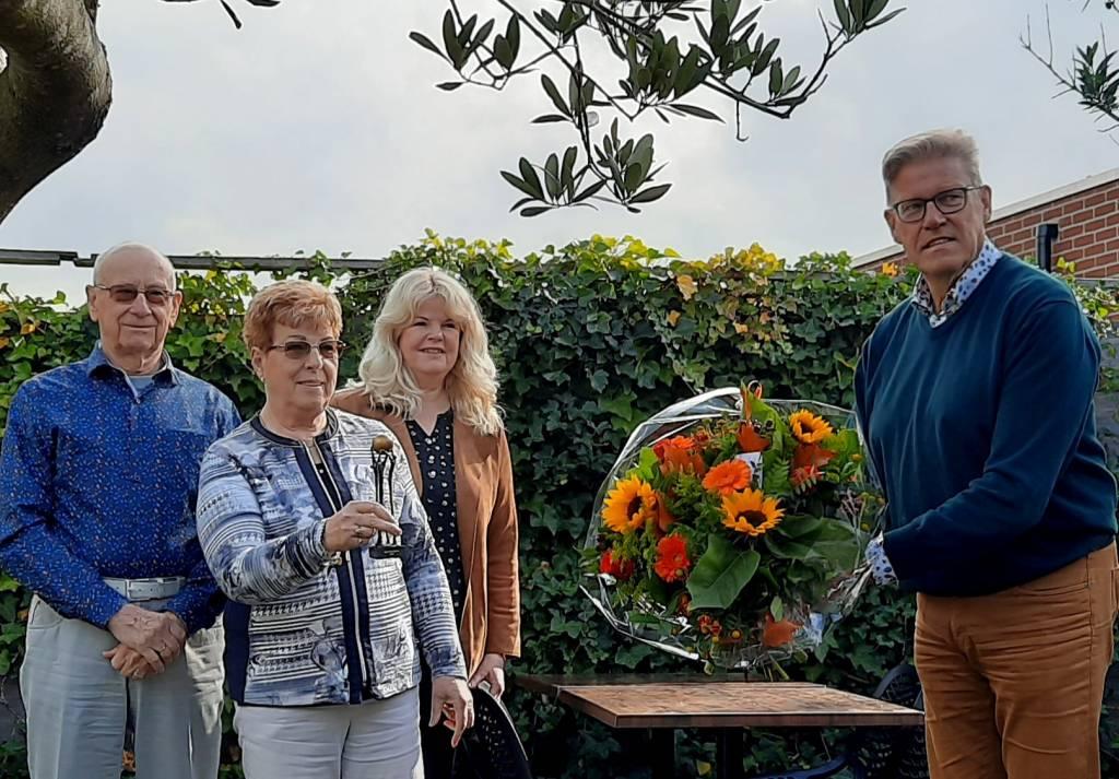 Agnes Borggreve uit Borne ontvangt Beste Buur Bokaal