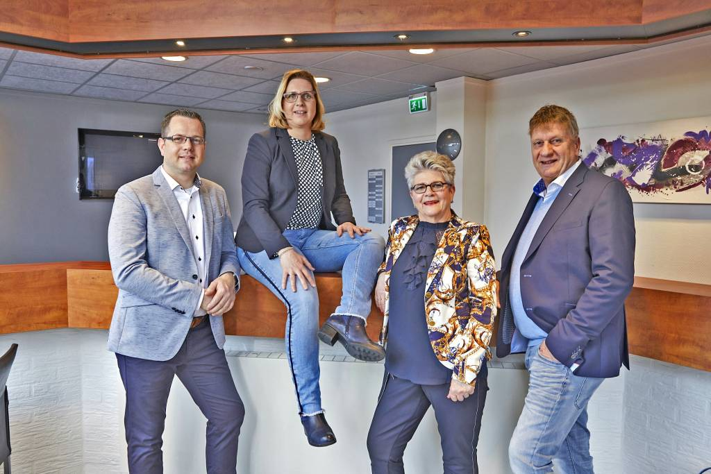 Op de foto ziet u van links naar rechts: Jan Peter Huisman, Marion Drenthen-Huisman, Tiny Huisman, Bertus Huisman