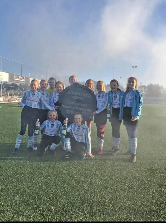 Het team van MO11-1 is ook gehuldigd als kampioen