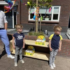 Tweeling Jip en Timo helemaal verrast met drive in verjaardag