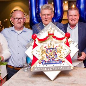 Bouwbedrijf Jannink op eigen eeuwfeest gelauwerd met predicaat Hofleverancier