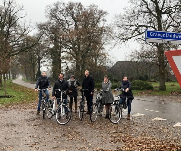 Oud Hoogheden Turftrappers fietsen met college voor fietspad Gravenlandweg