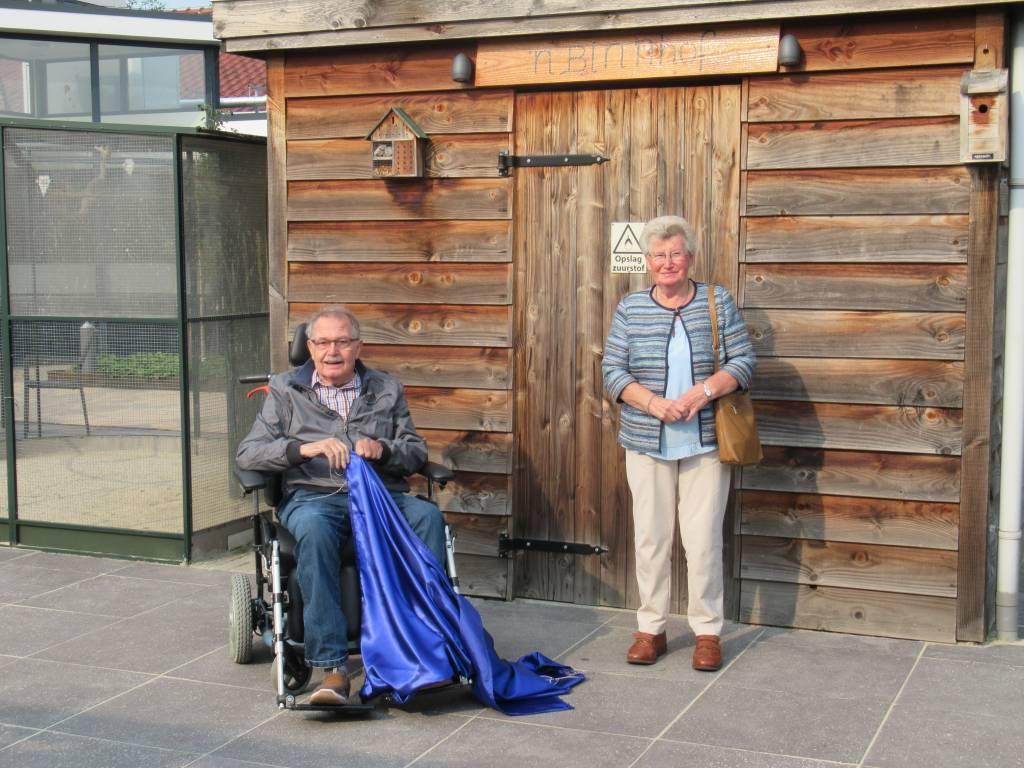De heer Bargboer en mevrouw Ligtenberg onthullen de naam van de tuin