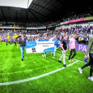 Alle jonge sportkampioenen op het veld tijdens kampioenenparade