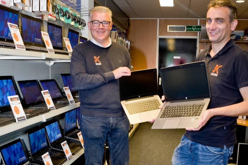Eigenaar Harold Peters en technisch medewerker Willem Tuijenburg.