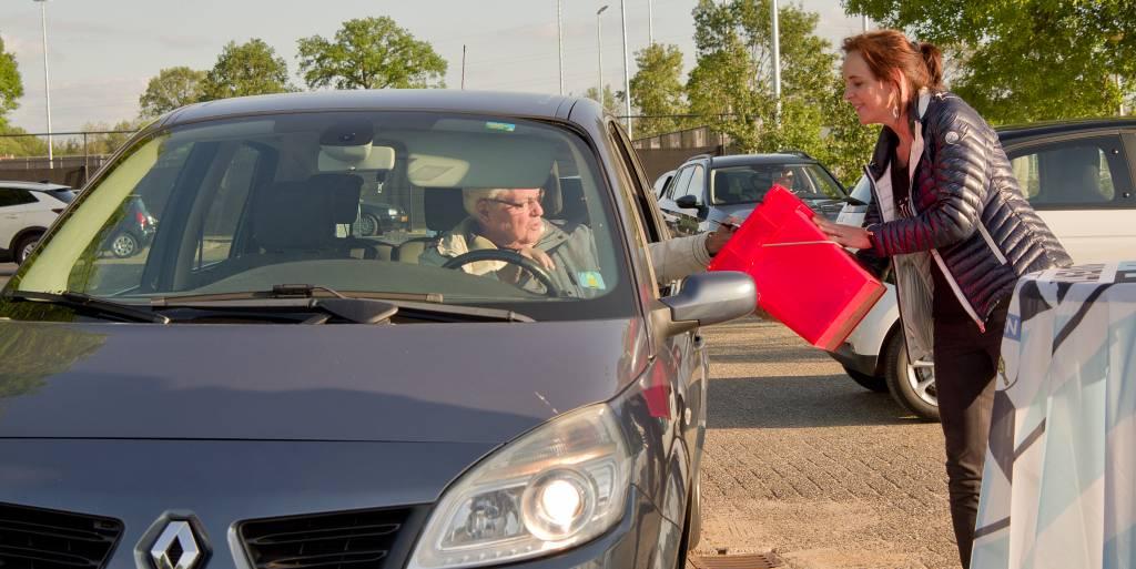 Ledenstemming middels een drive-thru vanuit de auto of op de fiets.