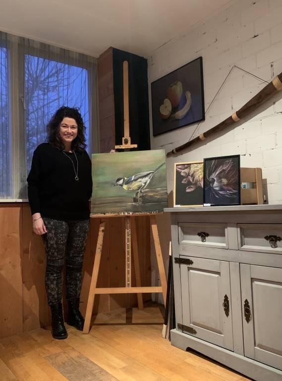 Mirca Pongers met haar schilderwerken