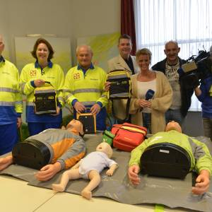Twee nieuwe aed's voor EHBO-vereniging Denekamp dankzij RTV Oost Overijsel in Actie
