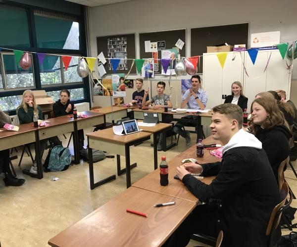 Leerlingen Het Noordik spelen bingo met senioren
