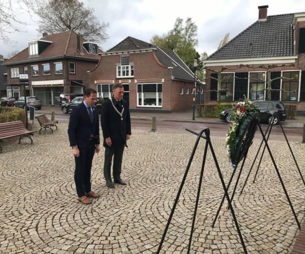 Kransen gelegd bij monumenten in Twenterand