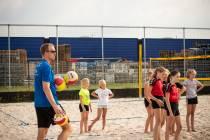 Christiaan Varenhorst en Stefan Boermans geven volleyclinic voor jeugd van Holyoke