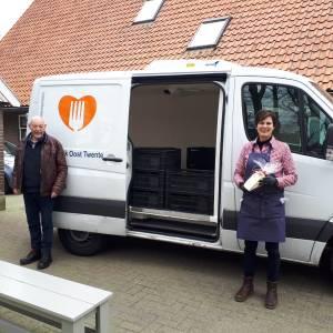 Caritas schenkt Voedselbank Oost Twente kaas