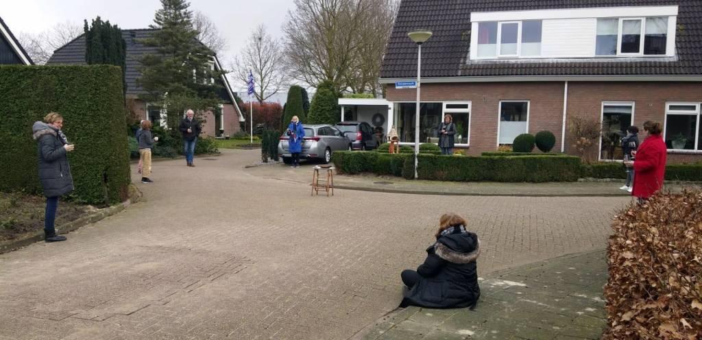 De vrijdagmiddagborrel van het Dorpereschhoekje in Wierden was deze keer op gepaste afstand, buiten op straat, om elkaar toch te steunen en verhalen te delen gedurende deze periode. Misschien een idee voor andere straten? Foto: Erna Eenink.