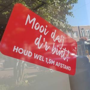 Twentse stickers moeten het winkelende bezoek in Borne blijven attenderen op 1,5 meter regel