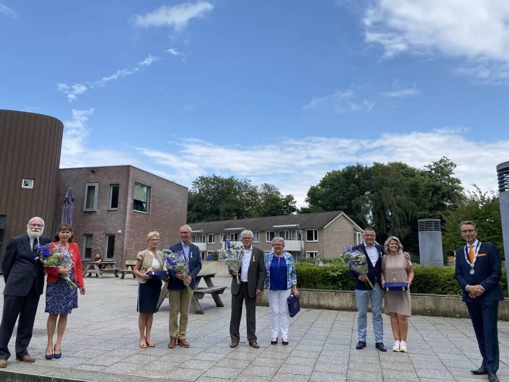 vlnr Annemarie en Jury Haak, Jan en Lidy Snieders, Frans en Ria ten Tusscher, René en Ilse Morshuis, Burgemeester Pierik
