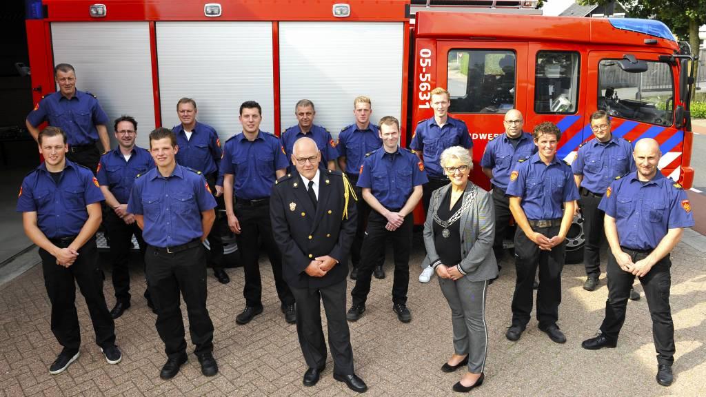 Dinand Knol te midden van collega brandweerlieden. Foto: Henk Pluimers.