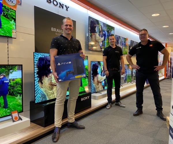 Jelle Korblet wint Playstation 4 bij Expert Berkhof