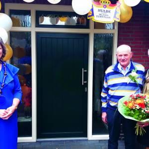 Boog met gouden roosjes voor Frans en Sieny Krikhaar
