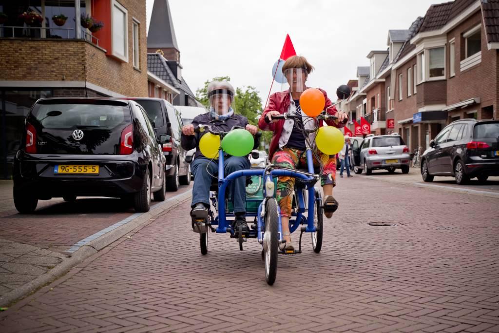 Everdien de Lange en Dirkje Scholten op de Duofiets over de Dorpsstraat in Enter.