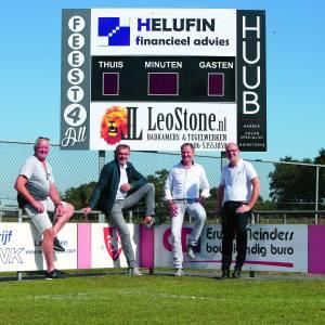 Vier vrienden voorzien scorebord van VV Manderveen van sponsoring