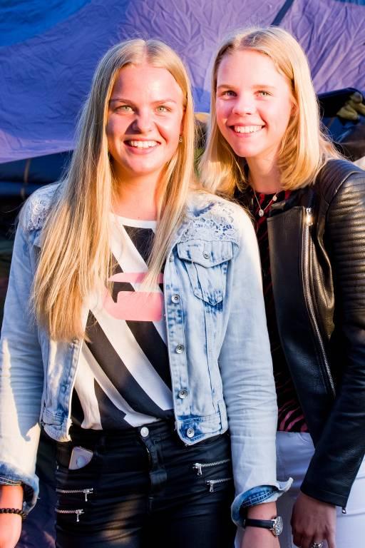 De Wierdense Marlou Broeze (rechts) en haar vriendin Demi Vos (links).