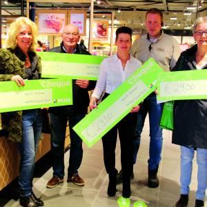 Vier gelukkige winnaars krijgen cheque uitgereikt bij Plus supermarkt Daniëlle Tijhuis