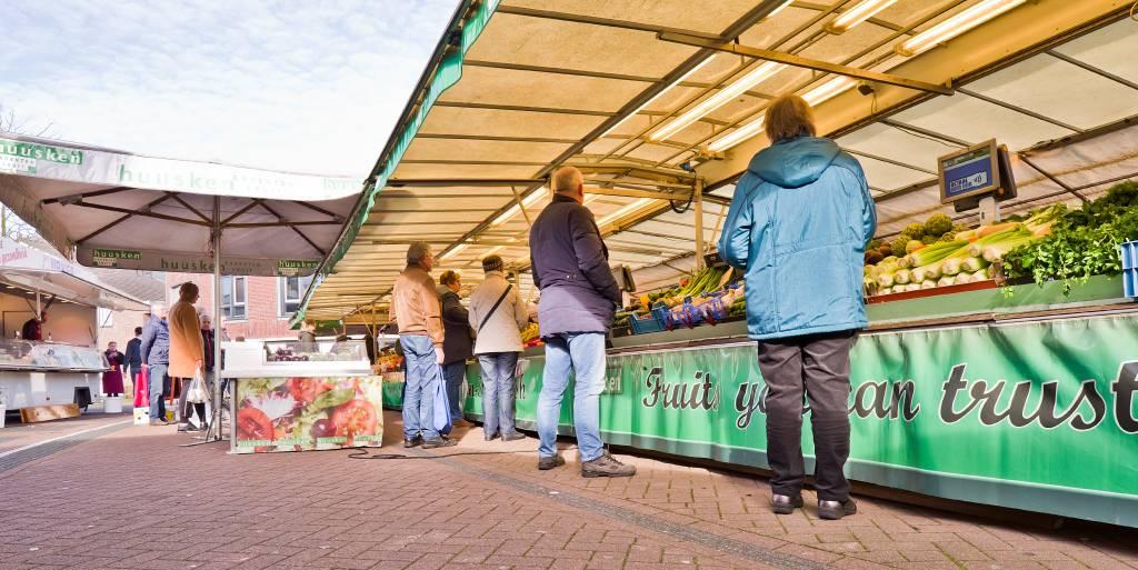 Op de dinsdagmarkt op het Binnenhof in Wierden waren de maatregelen met betrekking tot het coronavirus vorige week al goed te merken. Het was een stuk rustiger en klanten hielden over het algemeen al flink wat afstand van elkaar.
