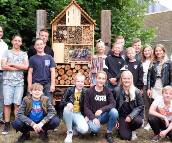 'BIJ'zonder afscheidscadeau voor basisschool De Veenbrug