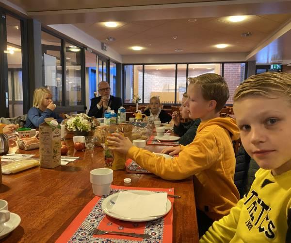 Burgemeester ontbijt met schooljeugd