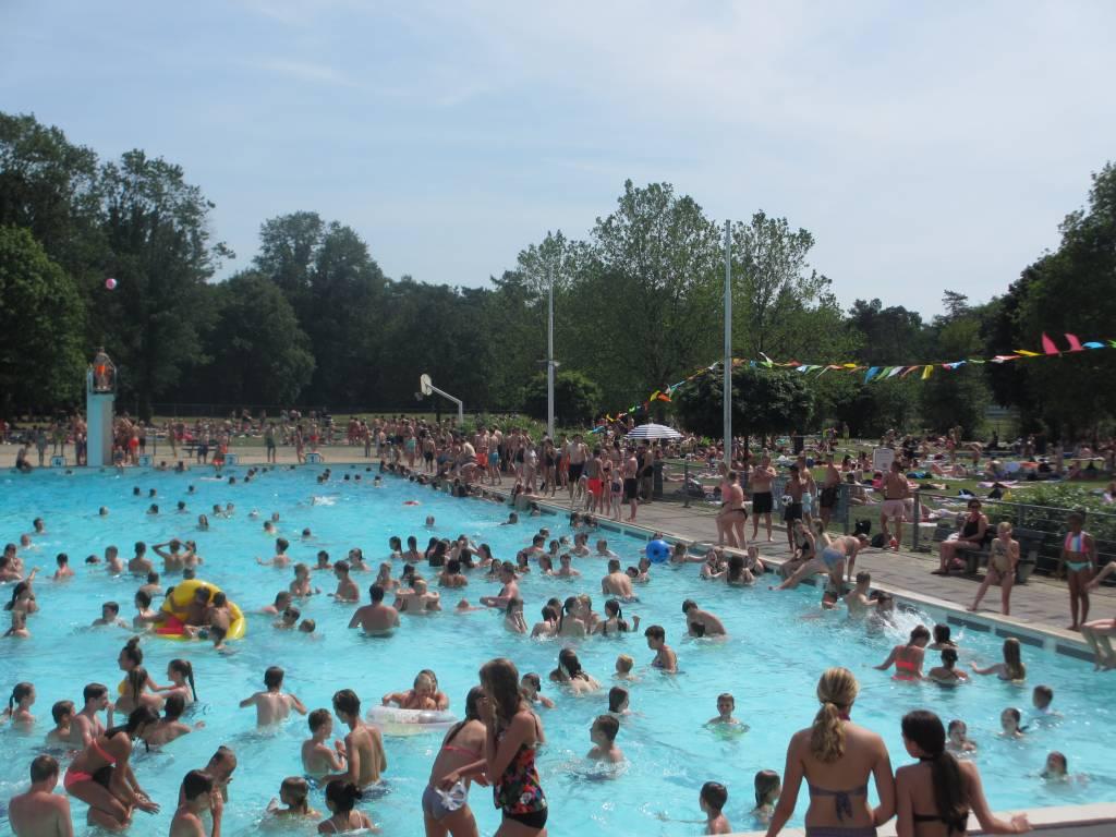 Topdrukte tijdens warme dag in juni 2019. Foto's: Zwembad De Koerbelt