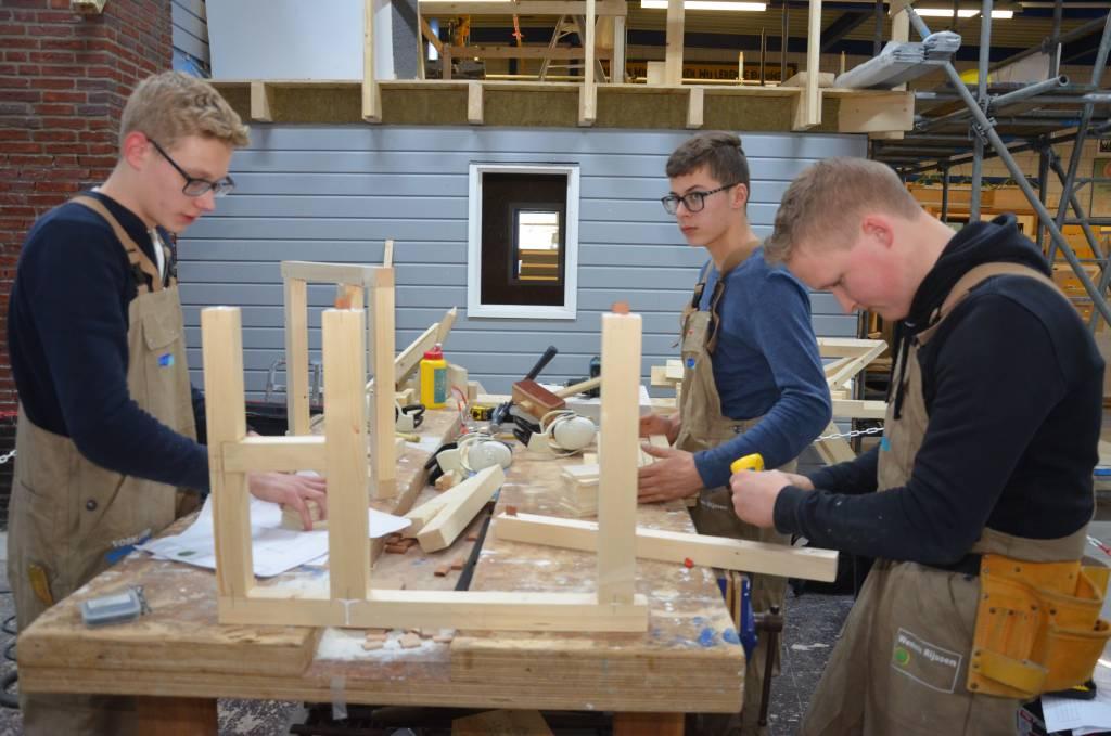 De BWI-teams moesten een groot, houten windlicht bouwen, compleet met spijltjes en een schaal van gasbeton.