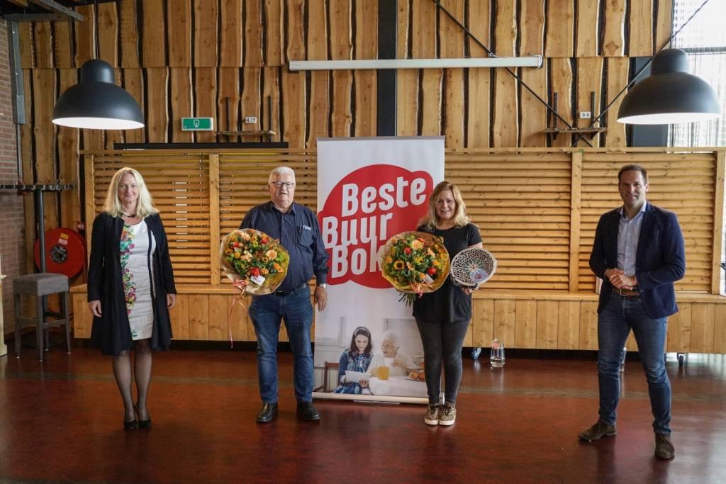 Foto Twenterand: Melanie Maatman (directeur-bestuurder Mijande Wonen), de heer Botter (genomineerde), mevrouw Spijker, winnaar van de Beste Buur Bokaal Twenterand 2020 en wethouder Bart-Jan Harmsen