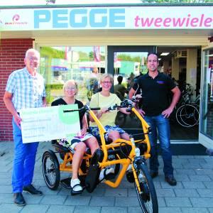 De Zonnebloem afdeling Oldenzaal neemt prachtige duofiets in ontvangst bij Pegge Tweewielers