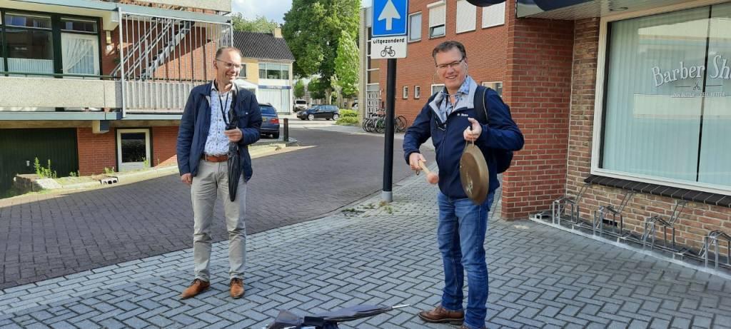 Seino 'met de panne' Baan kondigt de nieuwe wandelmogelijkheid aan. Links Joop Voortman, bedenker van de stadswandelingen. Foto: J. ter Maat