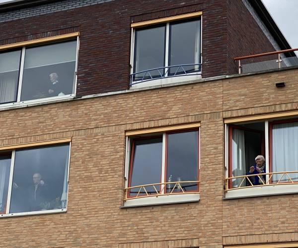 Optreden Double2 warm ontvangen door bewoners Dijkhuis