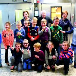 Kinderen uit Rossum, Deurningen Saasveld en Weerselo bakken broodjes bij bakkerij Schabbink in Saasveld