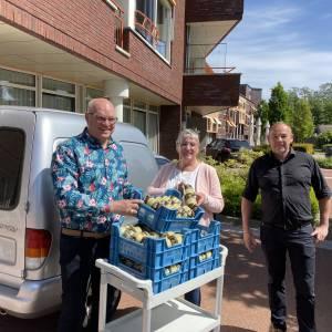 Bewoners Dijkhuis krijgen aspergesoep op moederdag