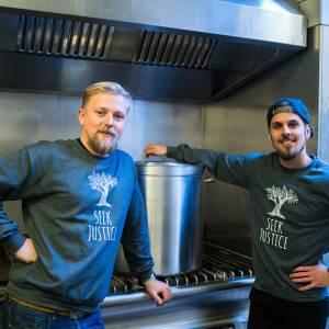 Stichting Seek Justice brengt 160 gratis maaltijden bij mensen langs de deuren